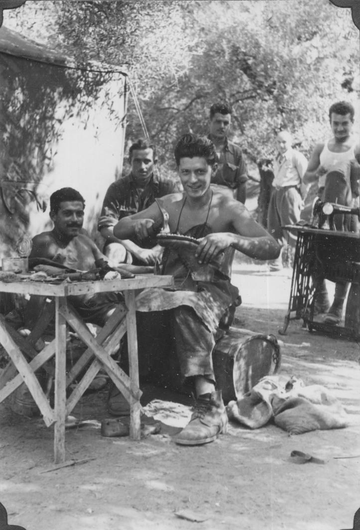 I soldati-partigiani fotografati dal Colonnello Duca. Erano autosufficienti; questo aggiustava le scarpe.